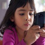 मोबाइल स्क्रीन का असर, तीन गुना बढ़े बच्चों में आंखों ..